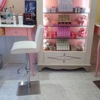Foto tomada en Benefit Cosmetics por Jheanelle Jamaicanbarbie B. el 4/1/2014