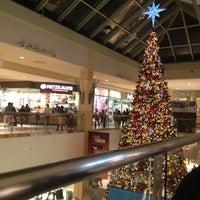 Foto tomada en Queens Center Mall por Maria R. el 12/22/2012
