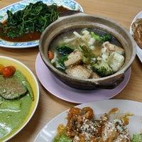 Photo taken at Golden Hill Vegetarian Restaurant (金山素食館) by Choong B. on 1/25/2015