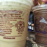 Foto tomada en The Coffee Bean & Tea Leaf por Syaratul A. el 4/6/2013