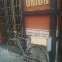 Снимок сделан в Onion Burger Studio пользователем Rosalía S. 2/16/2013
