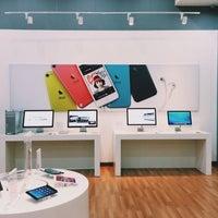 Foto diambil di Switch (Apple Premium Reseller) oleh Fitry Y. pada 11/4/2013