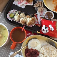 Photo taken at Jollibee by Vina b. on 11/17/2017