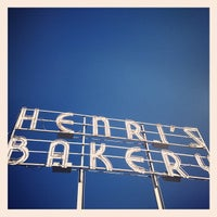 Photo prise au Henri's Bakery and Cafe par Jared M. le11/24/2012