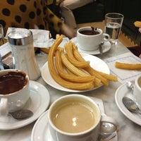 Foto tomada en Chocolatería San Ginés por Leah M. el 10/20/2012