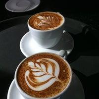 Foto tirada no(a) Amika Coffeehouse por Savio B. em 2/16/2013