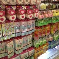 Foto tirada no(a) Daiso Japan por Fabiano K. em 12/24/2012