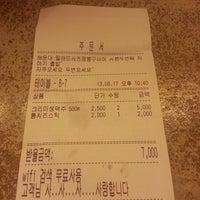 Photo taken at 압구정 봉구비어 by Songmi Y. on 8/17/2013