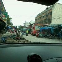 Photo taken at ตลาดสดสีคิ้ว by Chailai O. on 9/17/2012