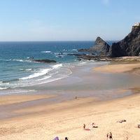 Foto tirada no(a) Praia de Odeceixe por Nuno C. em 5/5/2013