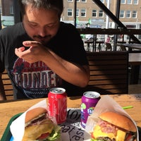 Foto tomada en Burger 'n Shake por Nico D. el 8/25/2017