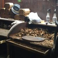 Das Foto wurde bei Martinez Handmade Cigars von Laura T. am 6/1/2015 aufgenommen