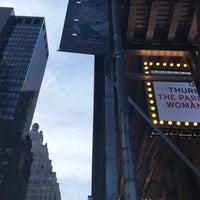 Foto tirada no(a) Hudson Theatre por Louisa K. em 11/25/2017