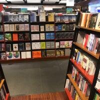 Foto tomada en Books Kinokuniya por `-myu彡◡̈⃝ el 9/9/2018