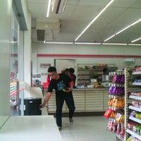 Das Foto wurde bei 7-Eleven von Masarie am 4/2/2013 aufgenommen