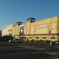 Foto tomada en Queens Center Mall por Bill C. el 1/5/2013