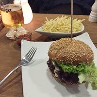 Das Foto wurde bei who's that burger von Matthieu B. am 11/15/2015 aufgenommen
