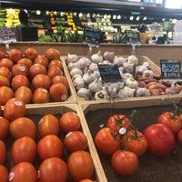 Das Foto wurde bei MOM's Organic Market von Kelly V. am 7/10/2018 aufgenommen