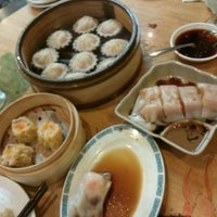 Das Foto wurde bei Koi Palace 鯉魚門海鮮茶寮 von Jerry W. am 7/20/2013 aufgenommen