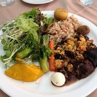 Das Foto wurde bei Lótus Restaurante Vegetariano von Leonardo M. am 9/14/2013 aufgenommen