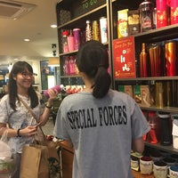 Foto tirada no(a) Starbucks por Nok N. em 1/23/2017