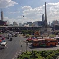 Photo taken at Victory Monument. ท่ารถอ่างทอง by Ben H. on 11/16/2014