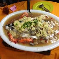 Photo taken at Restoran Kari Kepala Ikan Tiga by Jack Y. on 12/4/2012