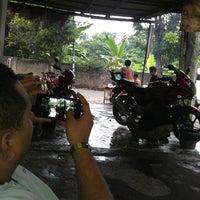 Photo taken at Betawi Motor Semprot by Luthfi B. on 7/20/2013