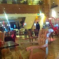 3/10/2013 tarihinde Ozanziyaretçi tarafından Western Lucky's Cafe & Bistro'de çekilen fotoğraf