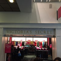 Photo taken at Victoria's Secret PINK by Leandro R. on 11/29/2014