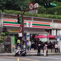 Photo taken at 7-Eleven by Hugh W. on 10/20/2013