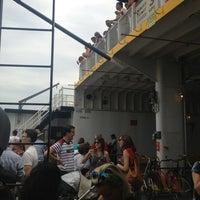 Das Foto wurde bei Governors Island Ferry - Soissons Dock Terminal von Jeff J. am 8/18/2013 aufgenommen