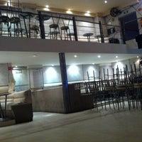 Foto tomada en Asha Bar por Miguel J. el 10/13/2012