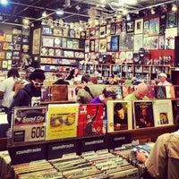Foto scattata a Twist & Shout Records da Lesley Y. il 4/20/2013