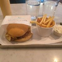 Снимок сделан в Phil's Burger пользователем Rodney C. 2/8/2017