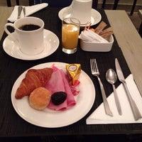 Photo taken at Hôtel Royal Magda Etoile by murolovebeer on 1/27/2014