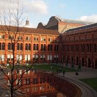 Das Foto wurde bei Victoria and Albert Museum (V&A) von Livvy A . am 4/12/2013 aufgenommen