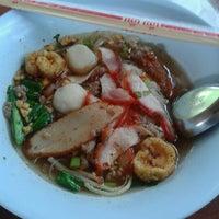 Photo taken at ก๊วยเตี๊ยวดู๋ดี๋ by Nini J. on 12/1/2012