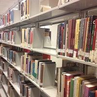 รูปภาพถ่ายที่ Central Library โดย Nina B. เมื่อ 5/8/2013
