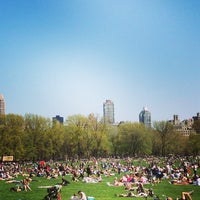 Foto tirada no(a) Sheep Meadow por Hazel S. em 4/27/2013