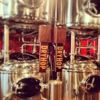 รูปภาพถ่ายที่ DryHop Brewers โดย Amanda T. เมื่อ 5/30/2013