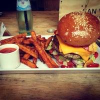 Photo taken at Richie'n Rose – Burger No.1 by Miriam H. on 6/27/2013