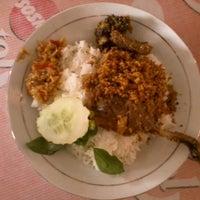 Photo taken at Nasi Bebek Sinjay by Diar R. on 10/10/2012