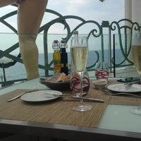 รูปภาพถ่ายที่ Hyatt Regency Nice Palais de la Mediterranee โดย Natali เมื่อ 8/24/2013