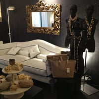 Foto tomada en Bozart Showroom por Alessandra L. el 4/9/2013