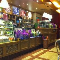 Photo taken at The Coffee Bean & Tea Leaf by Rodrigo V. on 12/11/2012