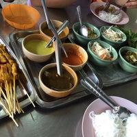 Photo taken at ขนมจีนเส้นสด เมืองคอน หน้าเรือนจำ by Maxca C. on 12/3/2015