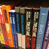Foto scattata a Barnes & Noble da Dion H. il 2/13/2013