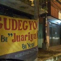 Foto tirada no(a) Gudeg bu Juariah por Victor G. em 12/26/2013