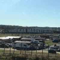 รูปภาพถ่ายที่ World's Awesome Flea Market โดย Julia W. เมื่อ 11/25/2017
